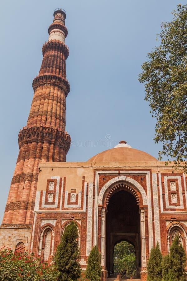 Μιναρές Minar Qutub και πύλη Alai Darwaza Alai, στο Δελχί, Indi στοκ φωτογραφίες
