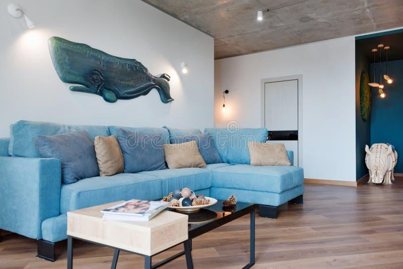 Μινιμαλιστικό σύγχρονο καθιστικό με τον καναπέ στο ύφος σοφιτών επίπεδο Σύγχρονο στούντιο σοφιτών με το καθιστικό, εσωτερικό ανοι στοκ εικόνες