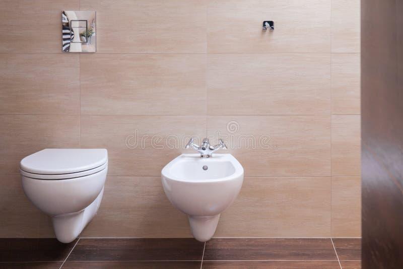 Μινιμαλιστική τουαλέτα στο σύγχρονο σπίτι στοκ φωτογραφία με δικαίωμα ελεύθερης χρήσης