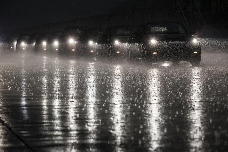 ΜΙΝΙ στη βροχή στοκ φωτογραφίες