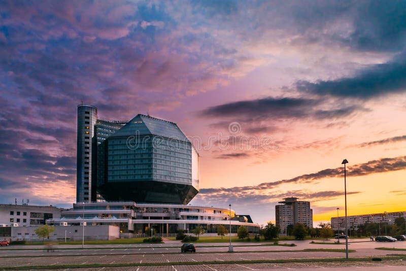 Μινσκ, Λευκορωσία Εθνική βιβλιοθήκη στο χρόνο ηλιοβασιλέματος θερινού βραδιού στοκ εικόνες