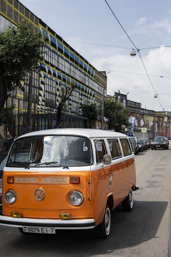 Μινσκ, Λευκορωσία, στις 14 Αυγούστου 2018 - άσπρος και πορτοκαλής τύπος του Volkswagen - T2 της VW 2 που σταθμεύουν στην οδό, γνω στοκ φωτογραφίες