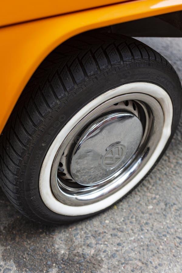 Μινσκ, Λευκορωσία, στις 14 Αυγούστου 2018 - πορτοκαλής τύπος του Volkswagen - ρόδα χρωμίου T2 της VW 2 που σταθμεύουν στην οδό, γ στοκ εικόνα
