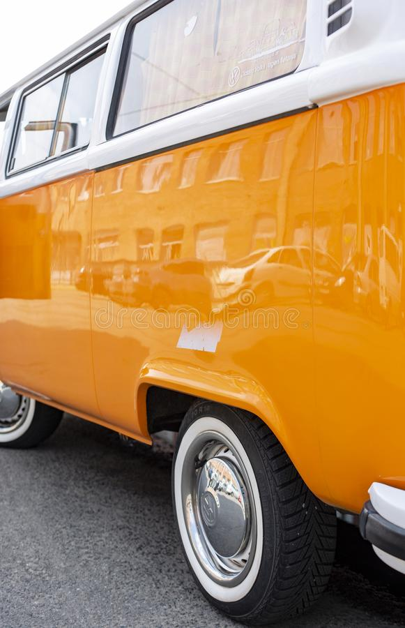 Μινσκ, Λευκορωσία, στις 14 Αυγούστου 2018 - πορτοκαλής τύπος του Volkswagen - T2 της VW 2 που σταθμεύουν στην οδό, γνωστή ως μετα στοκ φωτογραφία με δικαίωμα ελεύθερης χρήσης