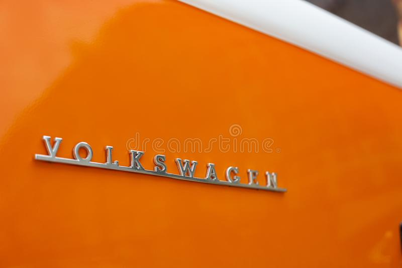 Μινσκ, Λευκορωσία, στις 14 Αυγούστου 2018 - πορτοκαλής τύπος του Volkswagen - T2 της VW 2 που σταθμεύουν στον πυροβολισμό κινηματ στοκ εικόνα με δικαίωμα ελεύθερης χρήσης