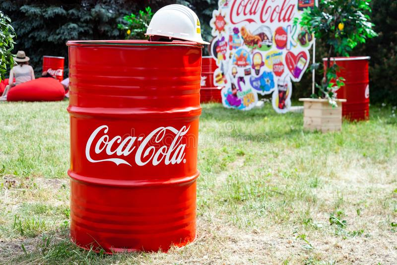 Μινσκ, Λευκορωσία, στις 8 Ιουνίου 2019: Βαρέλι μετάλλων με το λογότυπο της Coca-Cola Διαφήμιση στις οδούς της πόλης στοκ φωτογραφία