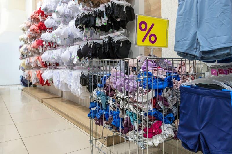 Μινσκ, Λευκορωσία - τον Αύγουστο του 2019 μεγάλο καλάθι με το διαφορετικό εσώρουχο Τμήμα ιματισμού των γυναικών στο κατάστημα με  στοκ φωτογραφία
