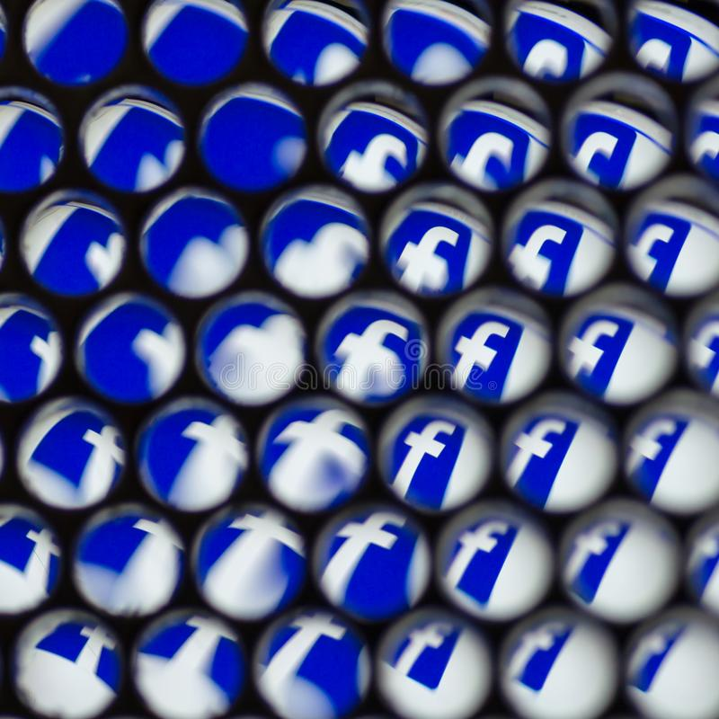 ΜΙΝΣΚ, ΛΕΥΚΟΡΩΣΙΑ - 13 ΑΥΓΟΎΣΤΟΥ 2018: Κοινωνικό λογότυπο μέσων Facebook στα αφηρημένα κάγκελα με τα σταγονίδια νερού στο Μινσκ απεικόνιση αποθεμάτων