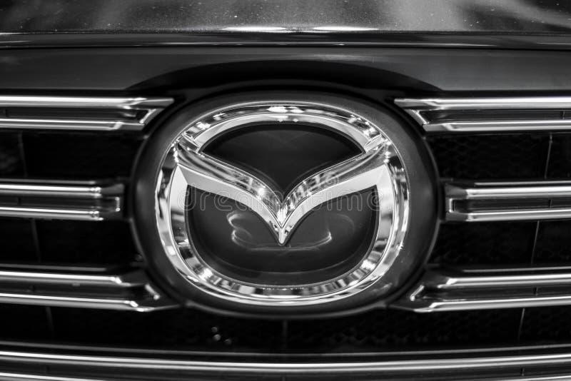 Μινσκ, λευκορωσικό σημάδι λογότυπων εμβλημάτων της Mazda εμπορικών σημάτων το Μάιο του 2018 στο αυτοκίνητο κατά τη διάρκεια του a στοκ φωτογραφία με δικαίωμα ελεύθερης χρήσης