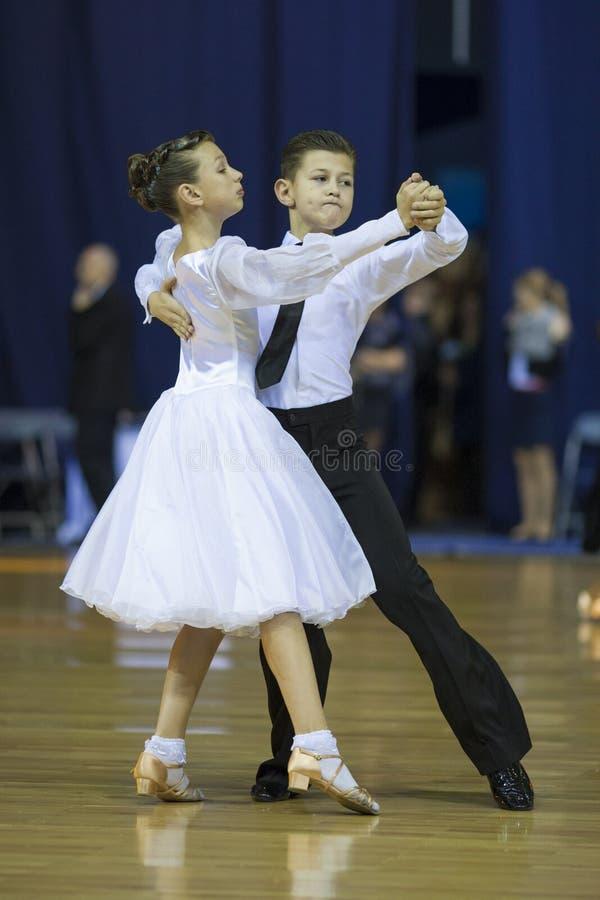 ΜΙΝΣΚ, 21 ΟΚΤΩΒΡΊΟΥ: Νεανικό ζεύγος χορού στοκ εικόνες