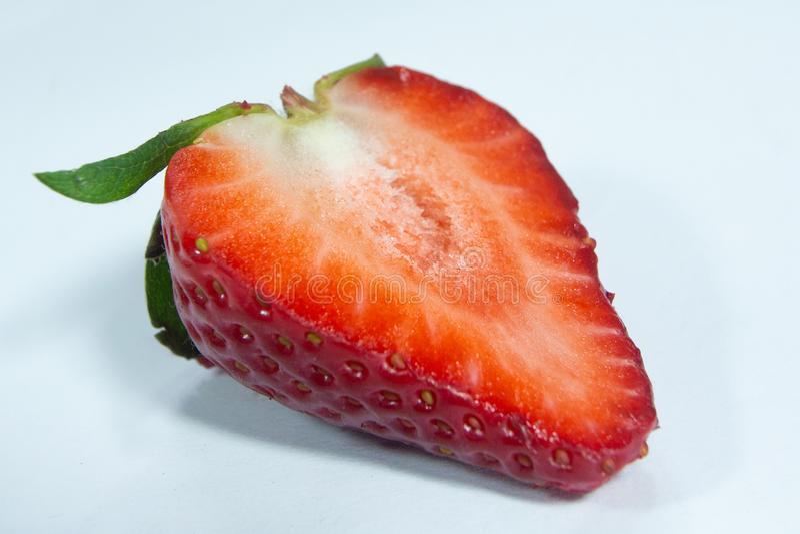 Μισά φρούτα φραουλών περικοπών κόκκινα, ώριμο μούρο στοκ εικόνα με δικαίωμα ελεύθερης χρήσης