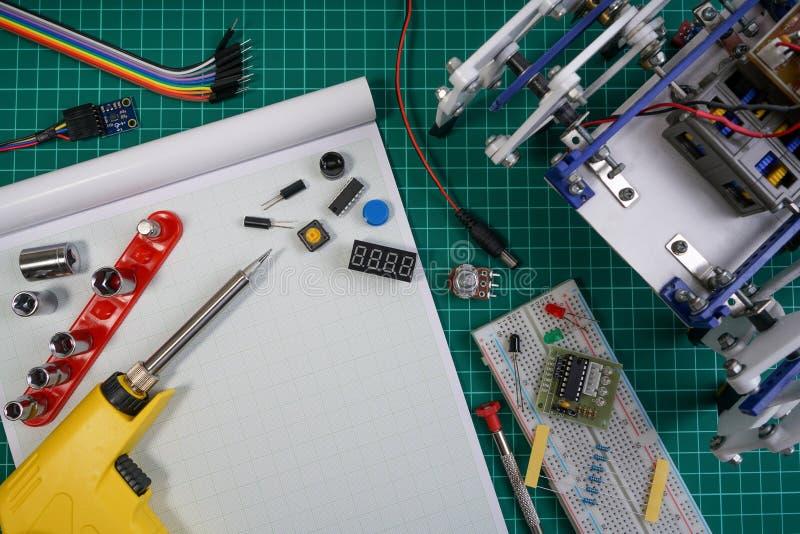 ΜΙΣΧΟΣ ή ηλεκτρονική εξάρτηση DIY, ιδέες ανταγωνισμού ρομπότ περπατήματος καταδίωξης γραμμών στοκ φωτογραφία με δικαίωμα ελεύθερης χρήσης