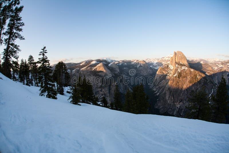 Μισός θόλος στο εθνικό πάρκο Yosemite κατά τη διάρκεια του χειμώνα στοκ εικόνα με δικαίωμα ελεύθερης χρήσης