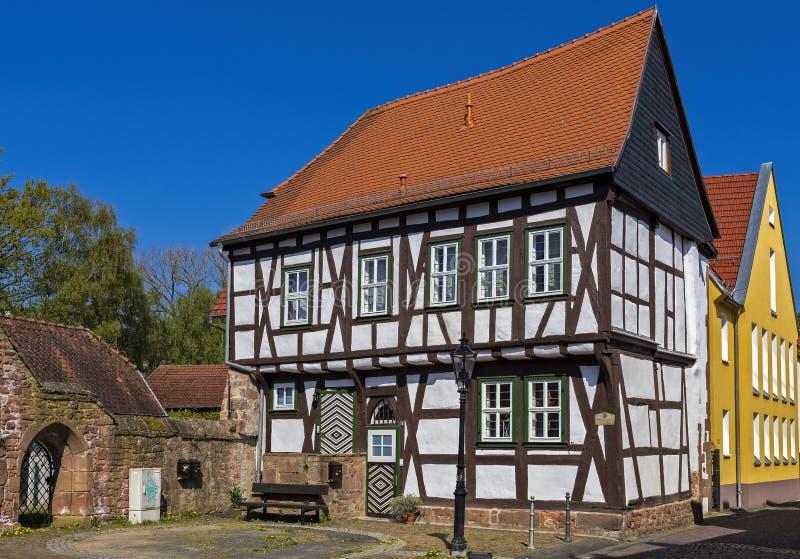 Μισό-εφοδιασμένα με ξύλα σπίτι και επίσης Δημαρχείο στο μικρού χωριού Gelnhausen στο Hesse στοκ φωτογραφίες