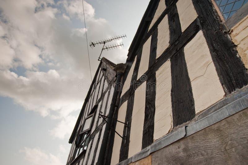 Μισό-εφοδιασμένο με ξύλα κτήριο στην Αγγλία στοκ εικόνες με δικαίωμα ελεύθερης χρήσης