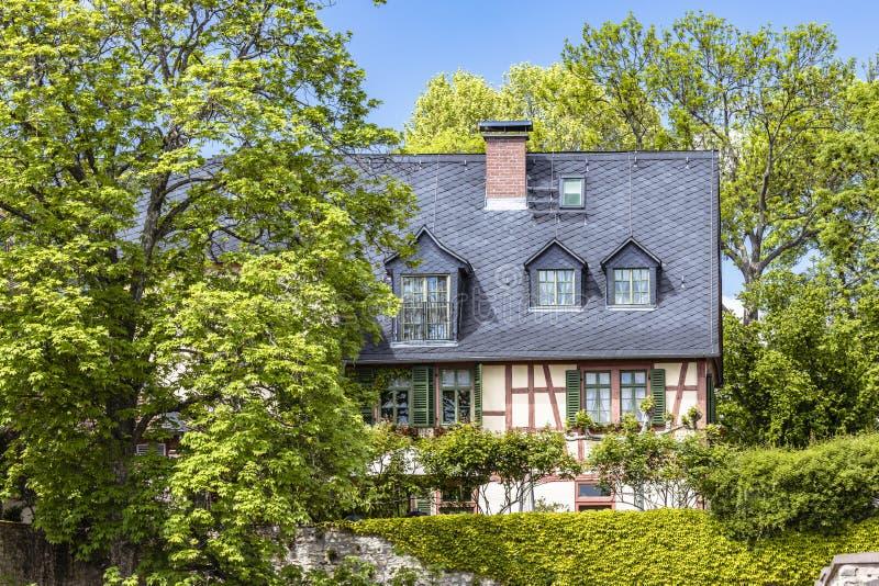 Μισό-εφοδιασμένο με ξύλα σπίτι στην παλαιά πόλη Eltville AM Ρήνος στο Rheingau στοκ εικόνες