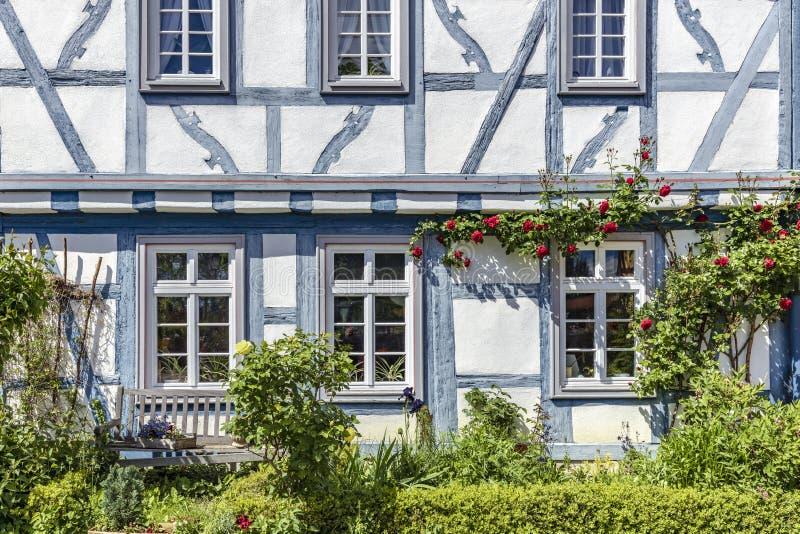 Μισό-εφοδιασμένο με ξύλα σπίτι στην παλαιά πόλη Eltville AM Rheinim Rheingau στοκ εικόνες με δικαίωμα ελεύθερης χρήσης