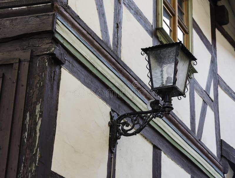 Μισό-εφοδιασμένο με ξύλα σπίτι με το φως στοκ εικόνα με δικαίωμα ελεύθερης χρήσης