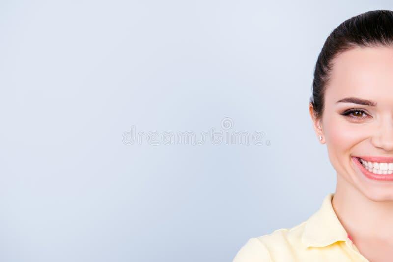 Μισό καλλιεργημένο πρόσωπο πορτρέτο του εύθυμου νέου brunette με ένα bea στοκ εικόνα