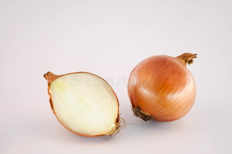 Μισό κρεμμύδι και κρεμμύδι στοκ φωτογραφίες με δικαίωμα ελεύθερης χρήσης