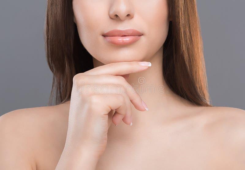 Μισό πορτρέτο της νέας γυναίκας με το τέλειο δέρμα στοκ φωτογραφίες