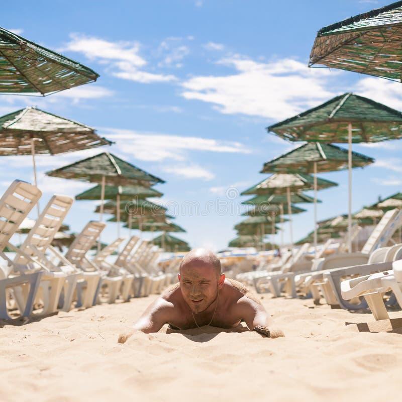 Μισό πρόσωπο ενός όμορφου ατόμου που καλύπτεται με την άμμο στοκ φωτογραφία με δικαίωμα ελεύθερης χρήσης