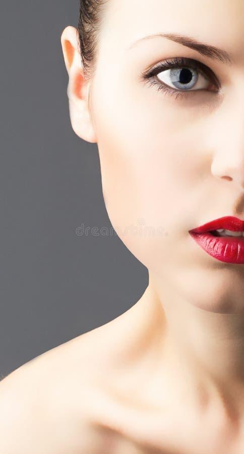 Μισό πρόσωπο της όμορφης νέας γυναίκας στοκ φωτογραφίες με δικαίωμα ελεύθερης χρήσης