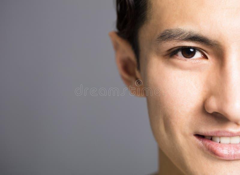 Μισό πρόσωπο των όμορφων νεαρών άνδρων στοκ φωτογραφία με δικαίωμα ελεύθερης χρήσης