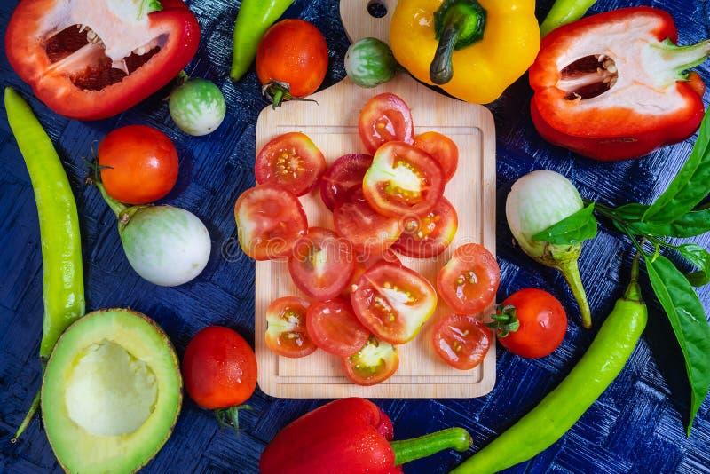 Μισό υπόβαθρο ντοματών περικοπών και υγιή λαχανικά στοκ εικόνα