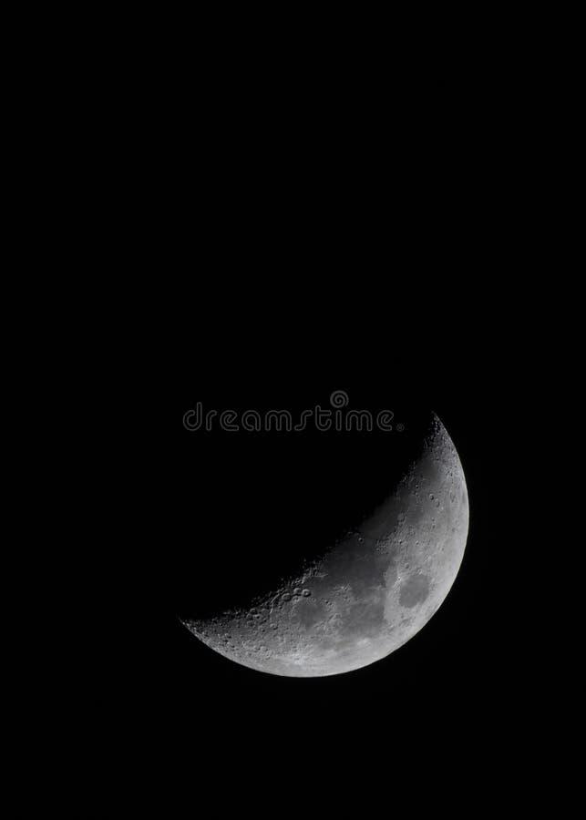 Μισό φεγγάρι που παρουσιάζει κρατήρες στο νυχτερινό ουρανό στοκ φωτογραφία με δικαίωμα ελεύθερης χρήσης