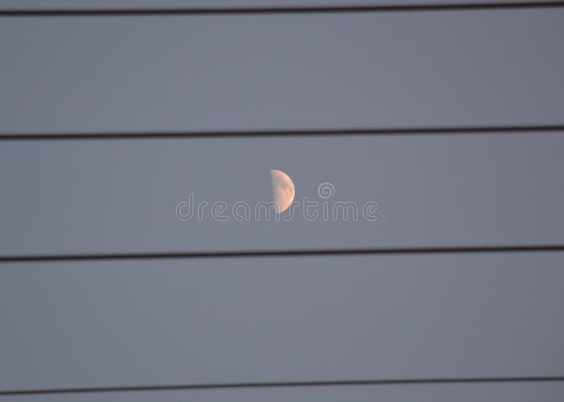 Μισό φεγγάρι στον ουρανό στοκ εικόνες με δικαίωμα ελεύθερης χρήσης