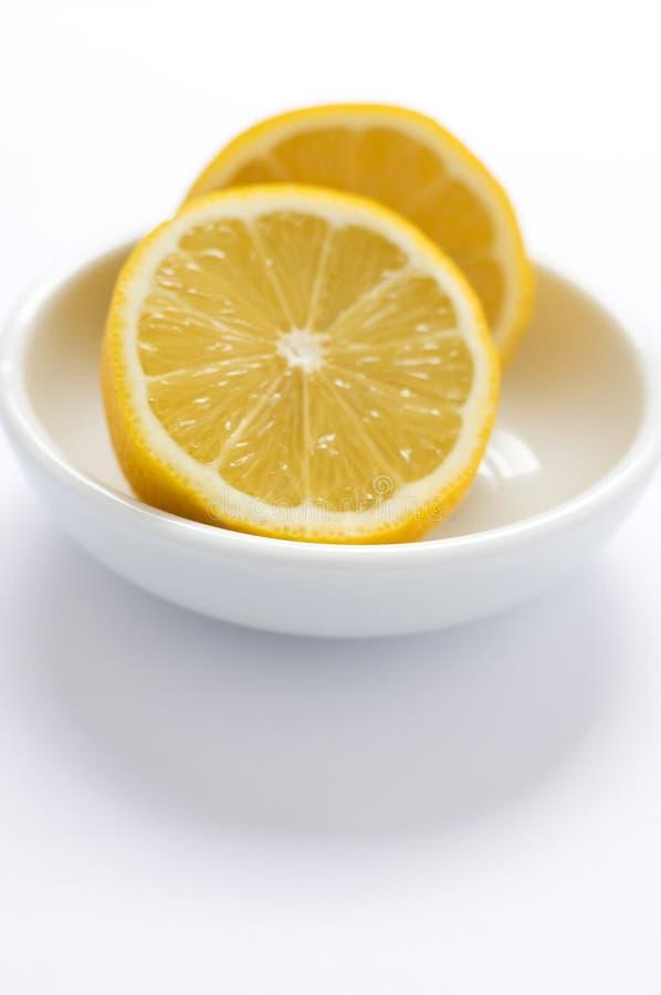 μισό juicy λεμόνι πιάτων αποκοπώ&nu στοκ εικόνα