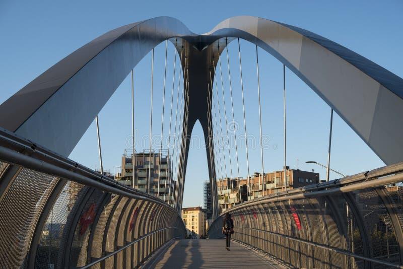 Μιλάνο Ιταλία πάρκο στην περιοχή Portello, γέφυρα στοκ φωτογραφία
