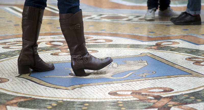 Μιλάνο, στοά Vittorio Emanuele Περιστροφή στον ταύρο για την καλή τύχη στοκ φωτογραφίες με δικαίωμα ελεύθερης χρήσης