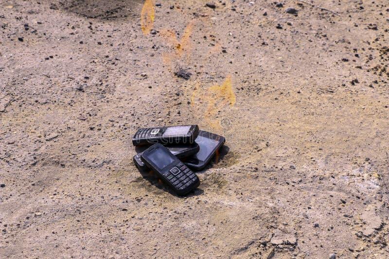 Μμένα κινητά τηλέφωνα στο της υφής συγκεκριμένο υπόβαθρο Έννοια: Κίνδυνος τα χαμηλής ποιότητας τηλέφωνα κυττάρων στοκ εικόνα με δικαίωμα ελεύθερης χρήσης