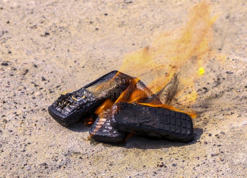 Μμένα κινητά τηλέφωνα στο της υφής συγκεκριμένο υπόβαθρο Έννοια: Κίνδυνος τα χαμηλής ποιότητας τηλέφωνα κυττάρων στοκ φωτογραφίες