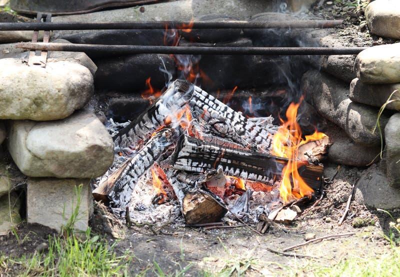 Μμένος έξω συνδέεται τη σπιτική δημιουργημένη κυρίως πυρκαγιά ωοειδή πέτρα στρατόπεδων Η πυρκαγιά είναι έτοιμη για το κρέας τηγαν στοκ φωτογραφία με δικαίωμα ελεύθερης χρήσης