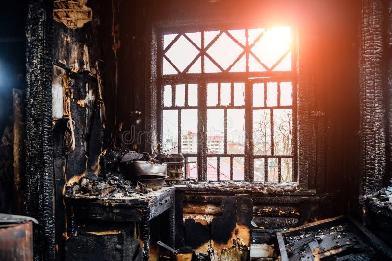 Μμένο εσωτερικό σπιτιών Η μμένη κουζίνα, παραμένει των επίπλων στη μαύρη αιθάλη στοκ εικόνες με δικαίωμα ελεύθερης χρήσης