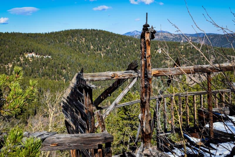 Μμένο κτήριο στα βουνά στοκ φωτογραφία