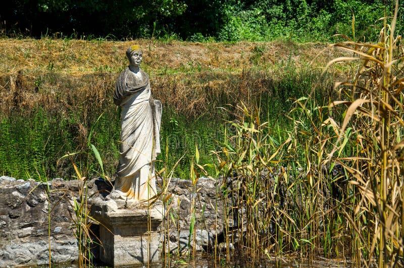 Μνημείο αγαλμάτων στις καταστροφές της περιοχής του Dion Archeological, Μακεδονία, στοκ εικόνα με δικαίωμα ελεύθερης χρήσης