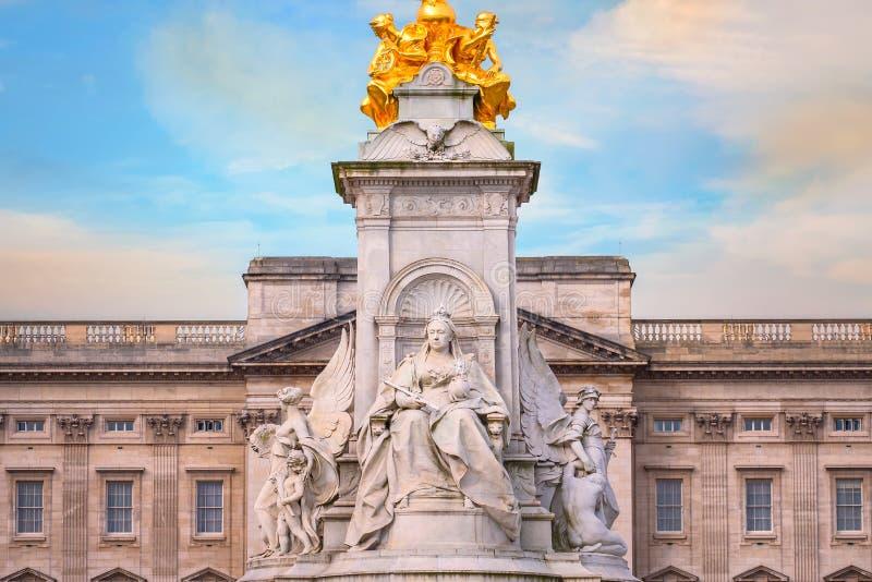 Μνημείο Βικτώριας στο δρόμο λεωφόρων μπροστά από το Buckingham Palace, Λονδίνο στοκ φωτογραφίες