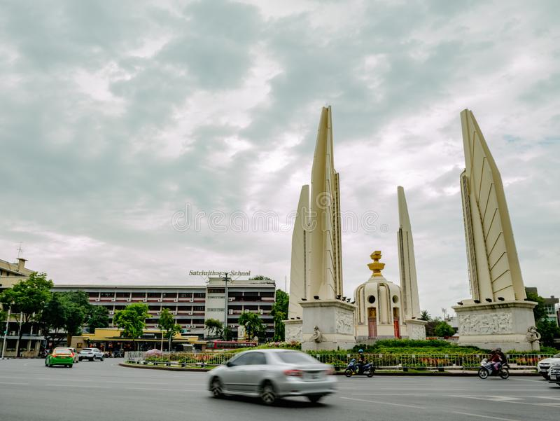 Μνημείο δημοκρατίας με το βροχερό ουρανό στην πόλη της Μπανγκόκ στοκ φωτογραφία με δικαίωμα ελεύθερης χρήσης