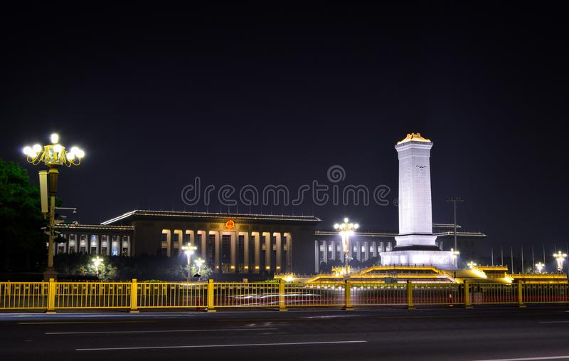 Μνημείο ηρώων ανθρώπων ` s της Κίνας που φωτίζεται στη νύχτα στοκ εικόνες