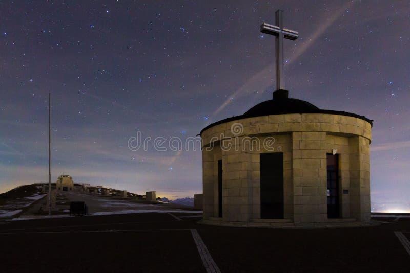 Μνημείο με τον έναστρο ουρανό ως υπόβαθρο στοκ φωτογραφίες