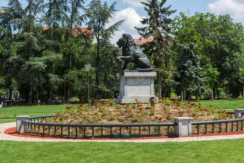 Μνημείο πρώτα και έκτο σύνταγμα πεζικού στο πάρκο μπροστά από το εθνικό παλάτι του πολιτισμού μέσα στοκ φωτογραφία με δικαίωμα ελεύθερης χρήσης