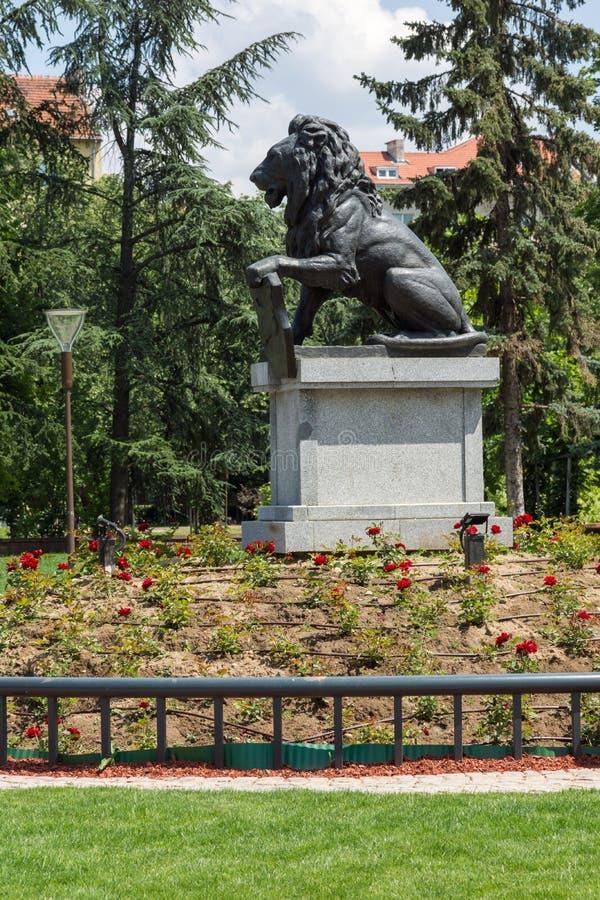Μνημείο πρώτα και έκτο σύνταγμα πεζικού στο πάρκο μπροστά από το εθνικό παλάτι του πολιτισμού μέσα στοκ φωτογραφίες