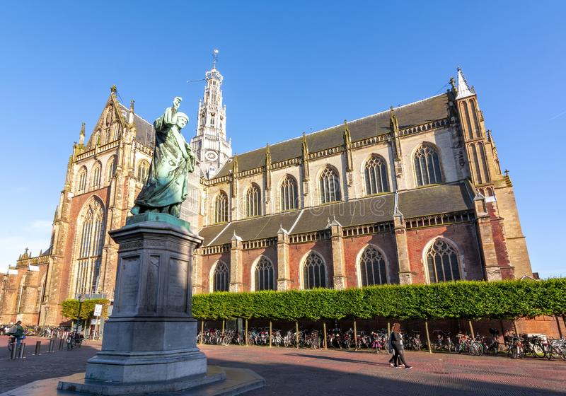 Μνημείο σε Laurens Janszoon Coster και καθεδρικός ναός του ST Bavo στο τετράγωνο αγοράς, Χάρλεμ, Κάτω Χώρες στοκ εικόνες με δικαίωμα ελεύθερης χρήσης