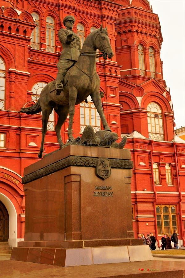 Μνημείο σε Marshal Zhukov στην πλατεία Manezh στη Μόσχα μπροστά από το ιστορικό μουσείο Georgy Zhukov - σοβιετικός διοικητής, συν στοκ εικόνες