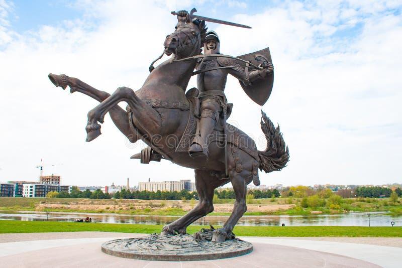 Μνημείο σε Vytis, ιππότης στην πλάτη αλόγου σε Kaunas, Λιθουανία με τον ποταμό Neris στοκ φωτογραφίες