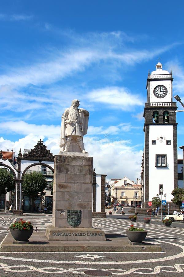 Μνημείο στον εξερευνητή Goncalo Velho Cabral στο κύριο τετράγωνο στοκ φωτογραφίες